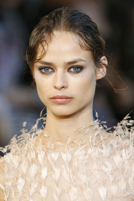 Birgit Kos con el pelo recogido con efecto mojado y sombras ahumadas...