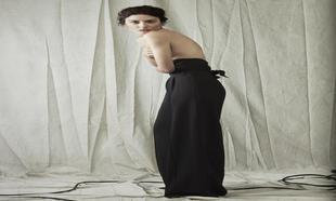 Bárbara Lennie con pantalón de Silvia Tcherassi; zapatos de Stuart...