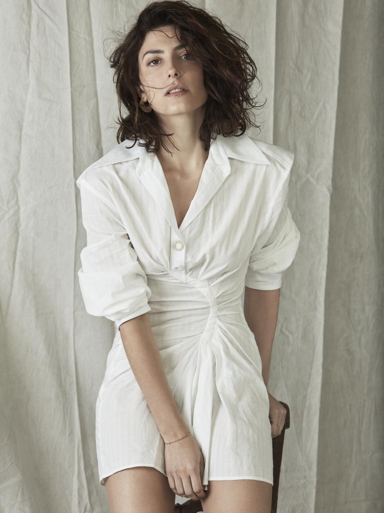 La actriz lleva vestido camisero JACQUEMUS para MYTHERESA.COM. Aros...