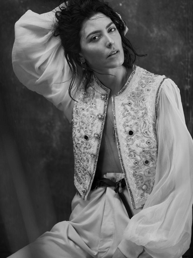 La actriz Bárbara Lennie lleva blusa bordada de ETRO, collar dorado...