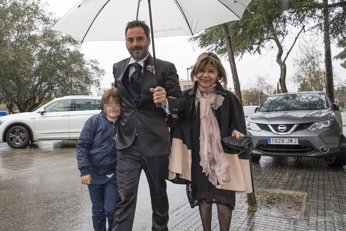 Enric Martín junto a uno de sus hijos con Gemma Mengual.