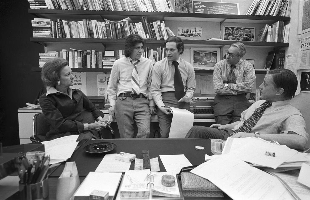 Abril de 1973. Katharine Graham con los periodistas Carl Bernstein y...