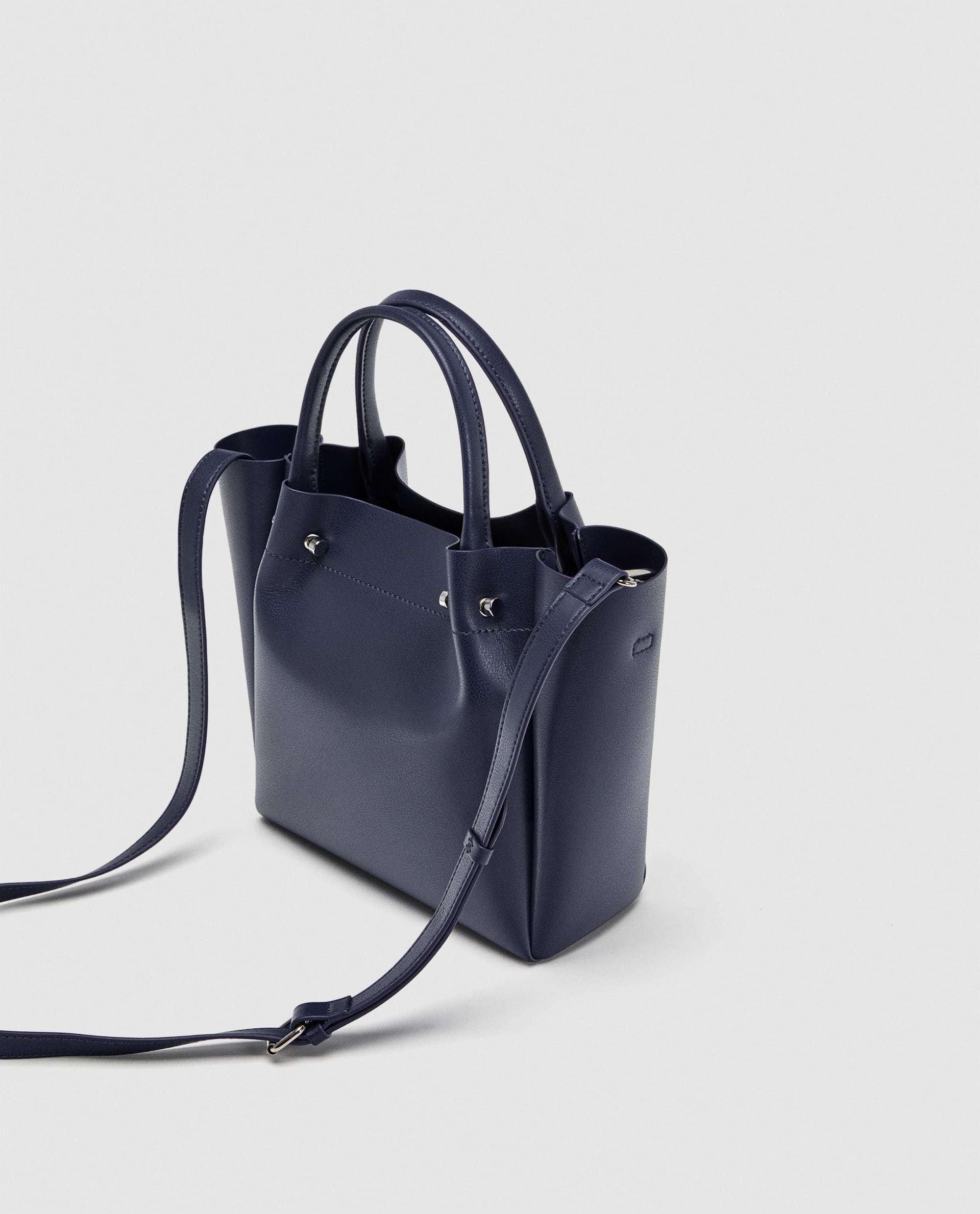 Mini shopper azul marino de Zara (19,95 euros)