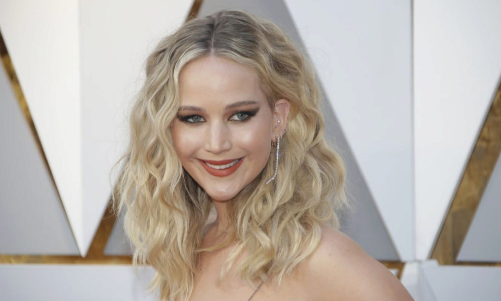 Jennifer Lawrence con la melena rizada durante los Oscar 2018.