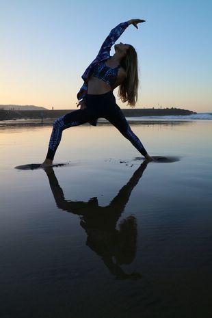 Aida Artiles practica yoga con la colección de Desigual Sport .