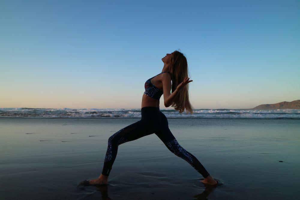 Aida Artiles en su práctica de yoga con la colección de Desigual...