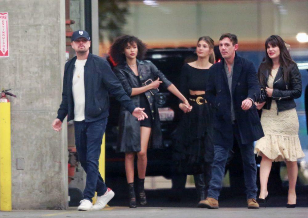 Camila Morrone y Leonardo DiCaprio con unos amigos por los Ángeles.