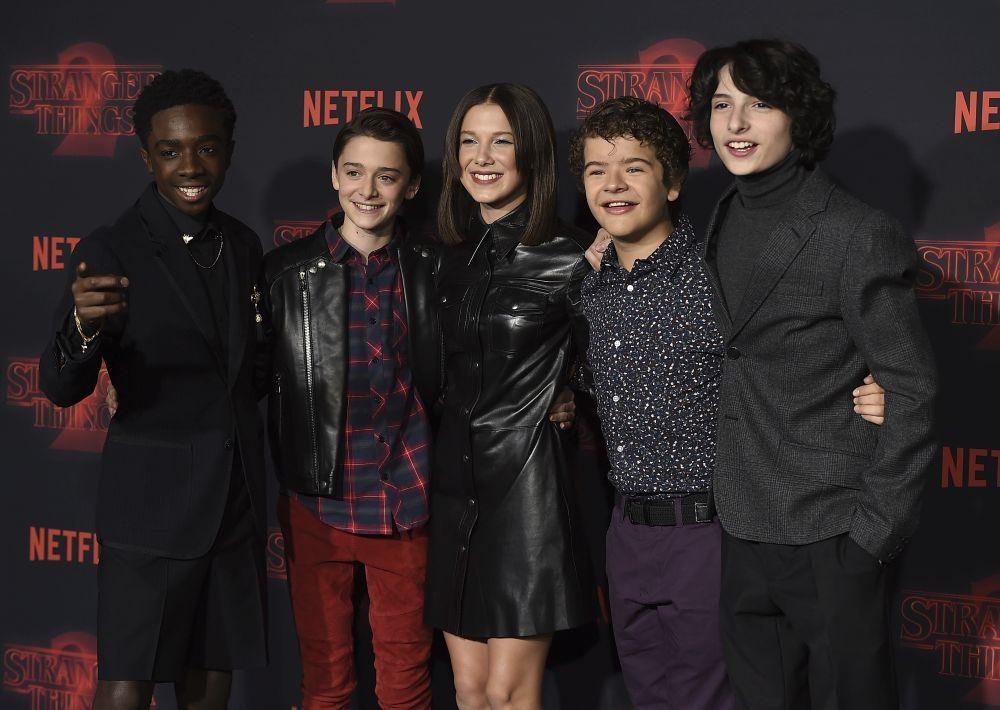 Los protagonistas de la serie en el estreno de Strnager Things 2.
