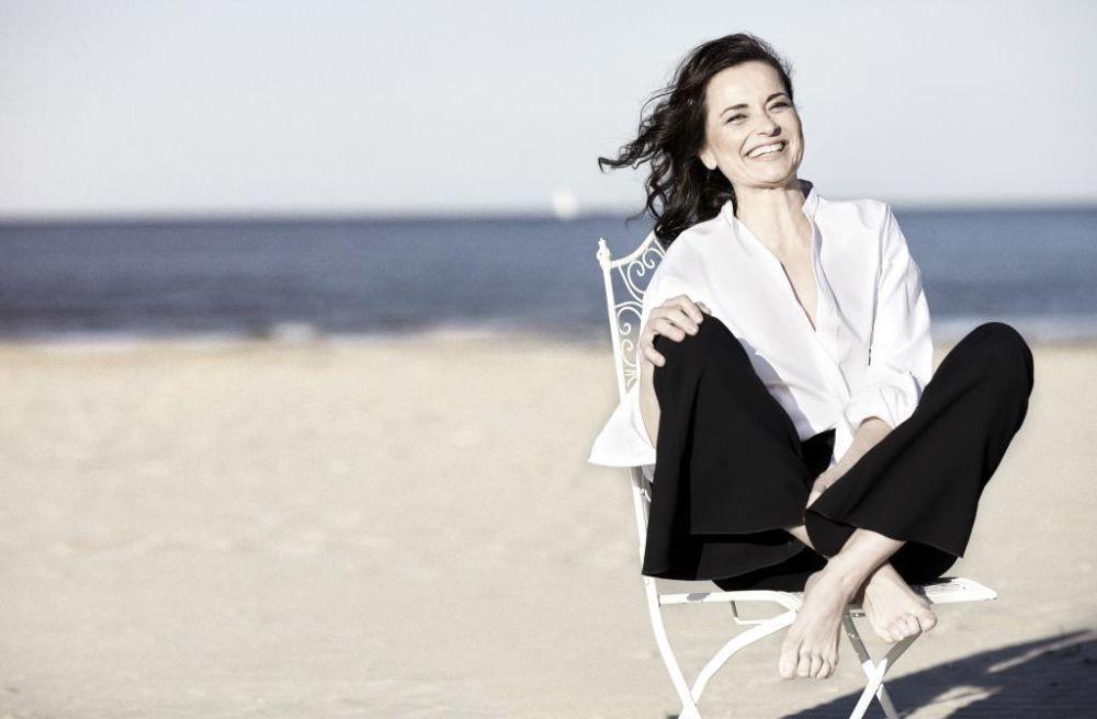 Almudena Bernabéu en la playa de la Malvarrosa (Valencia)