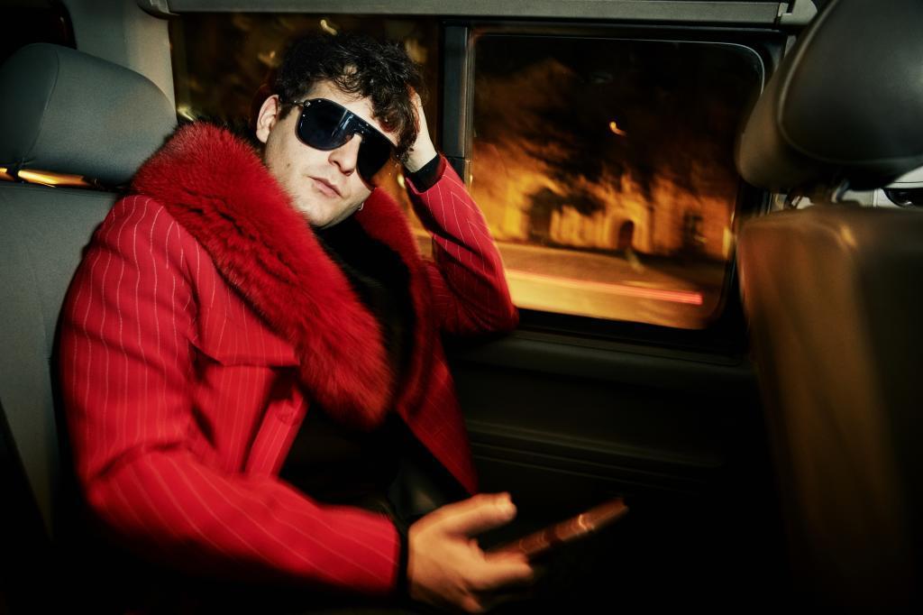 Palomo posa  en el coche que nos traslada hasta el plató de Maestros...