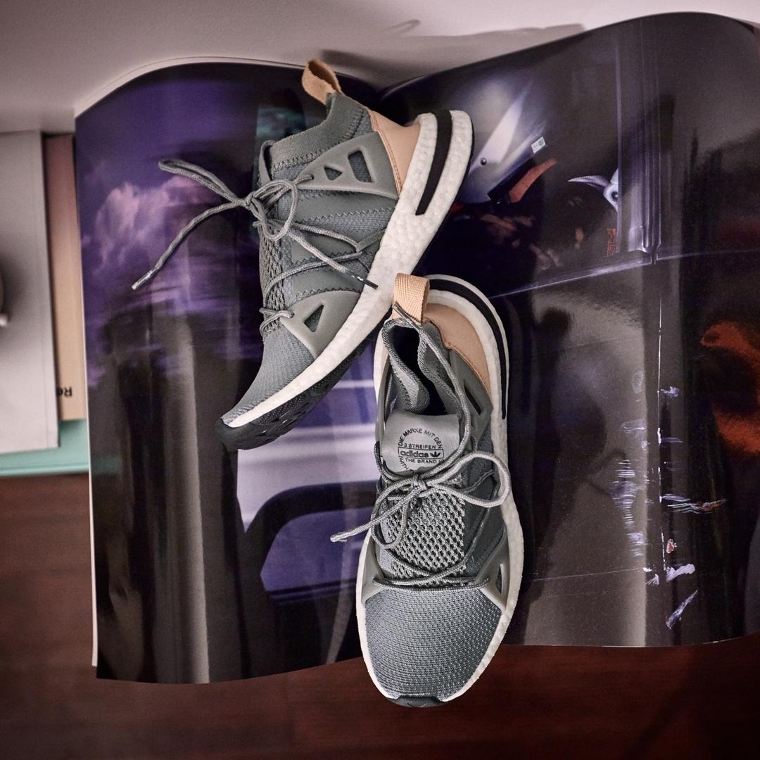 Kendall Jenner, presenta sus sneakers, de venta exclusiva en JD...