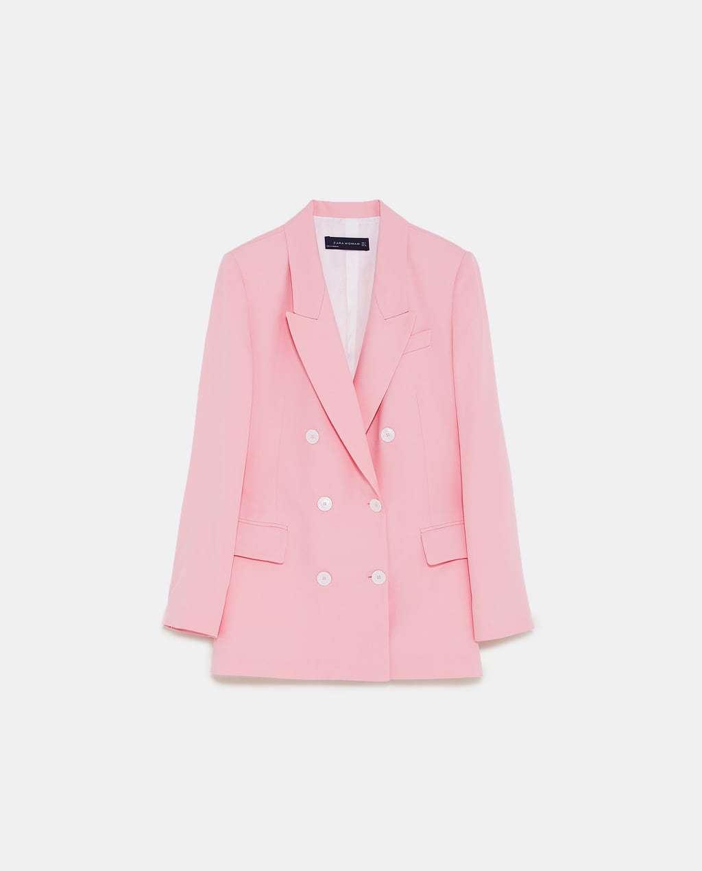 Blazer cruzada con botones en color rosa pastel de Zara.
