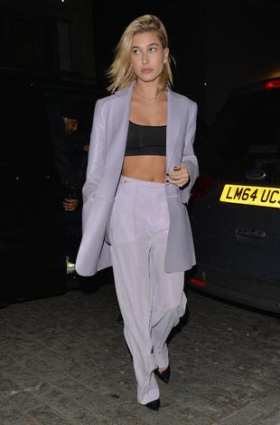 Hailey Baldwin tras una cena en Londres.