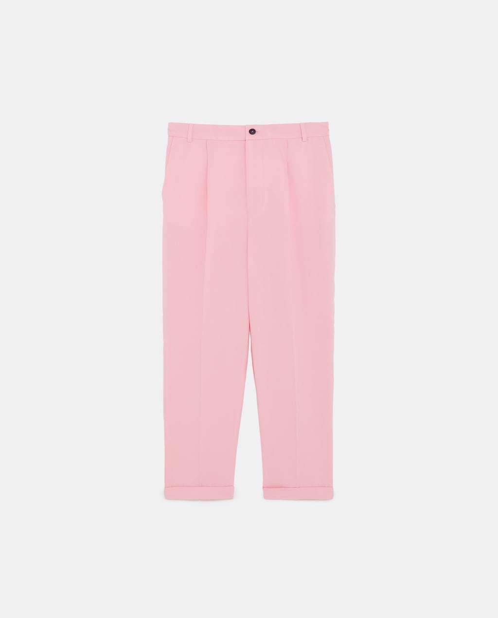 Pantalón con cintura elástica a conjunto con la blazer, de Zara.