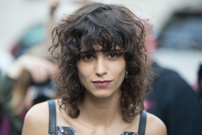 Con flequillo y pelo rizado, la modelo Mica Argañaraz luce su melena...