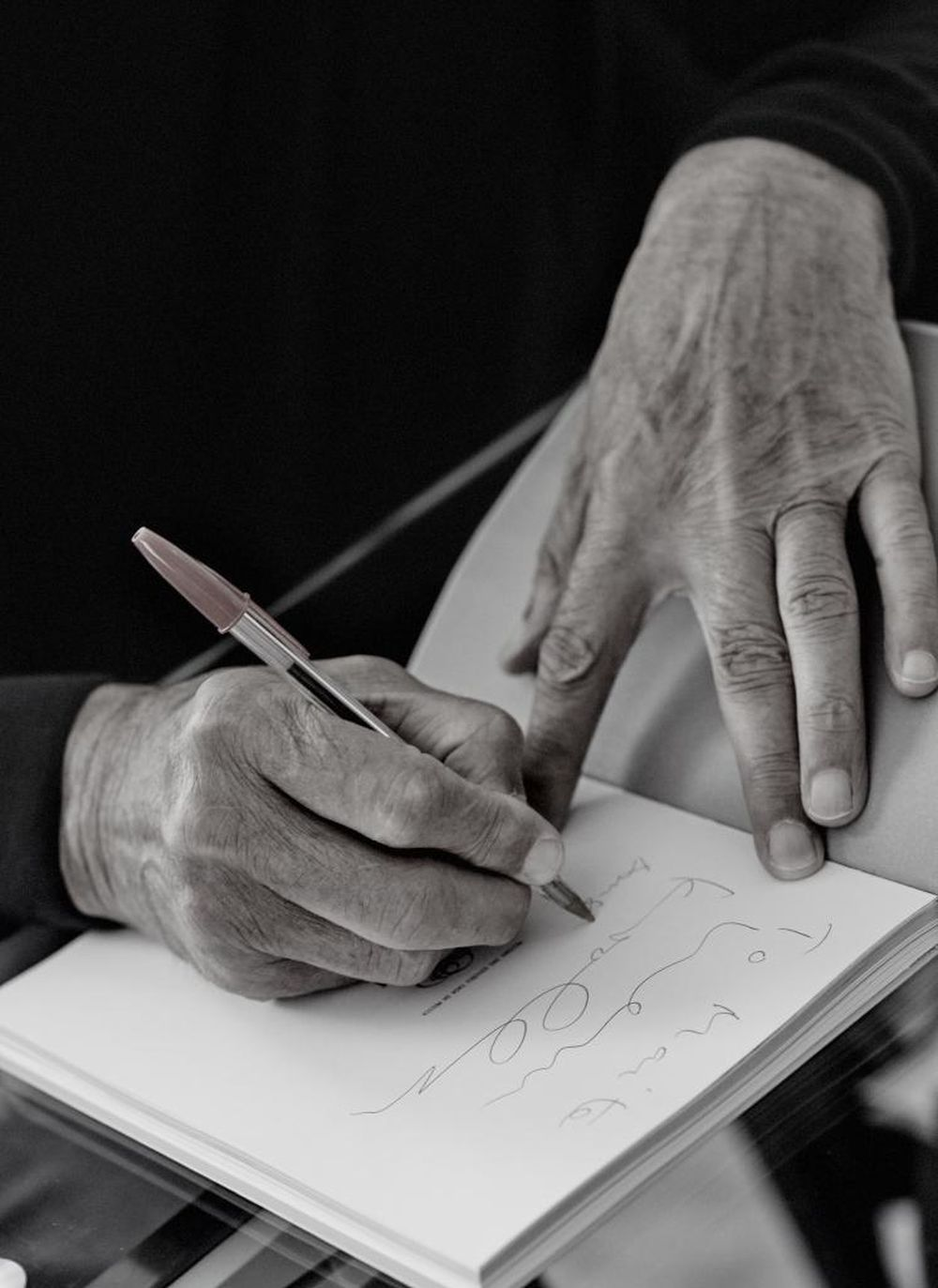Las sabias manos de alguien que ha vivido varias décadas.