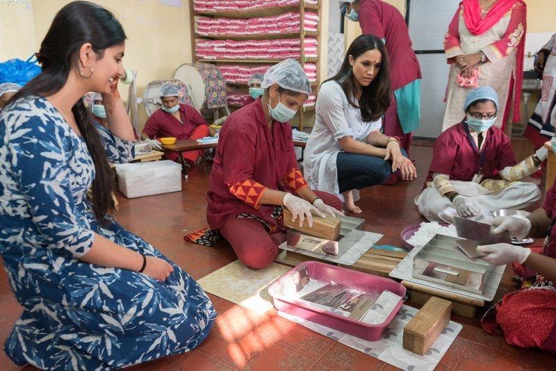 Meghan Markle con distintas mujeres de la Fundación Myna Mahila.