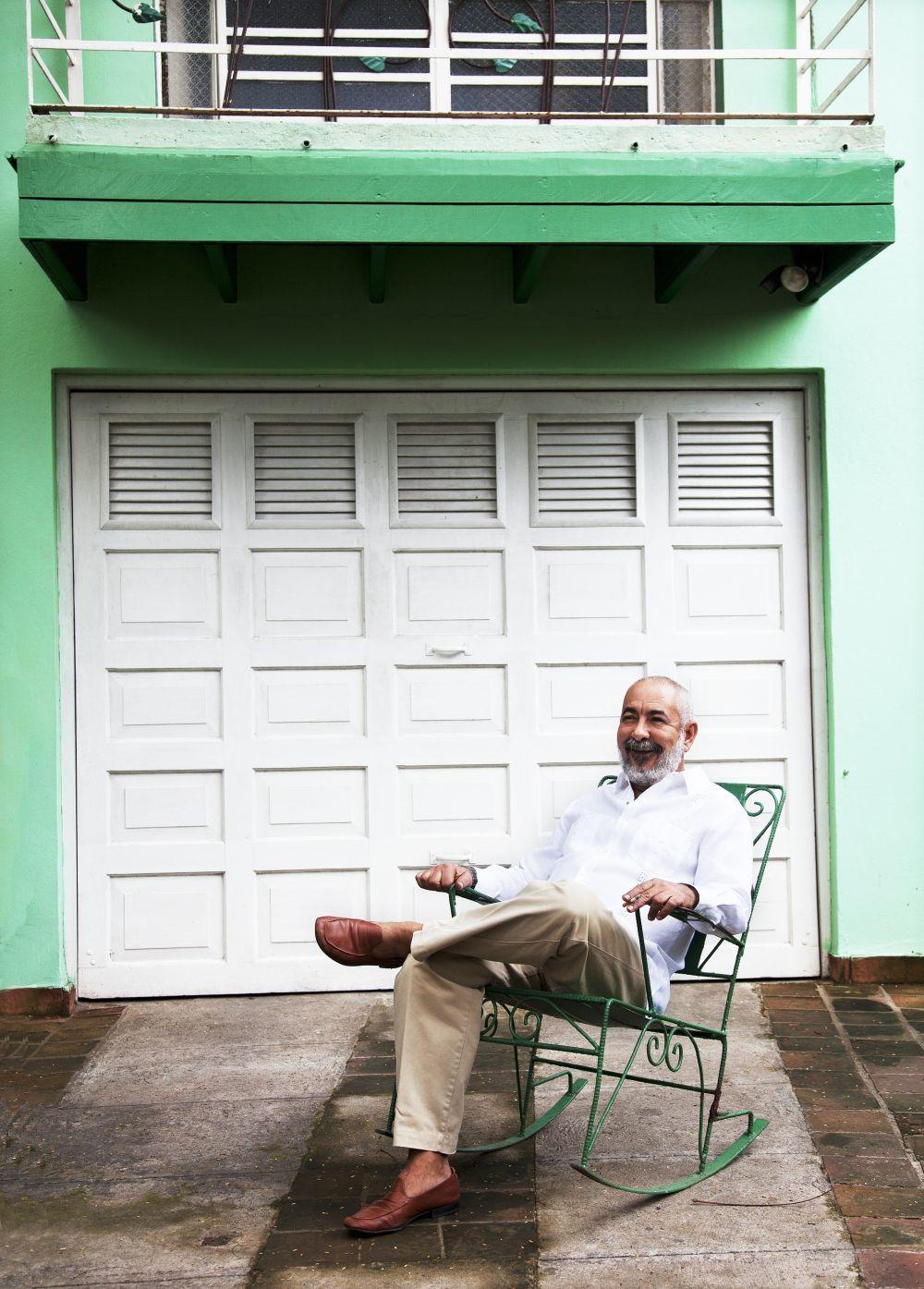 Leonardo Padura en su casa de La Habana.