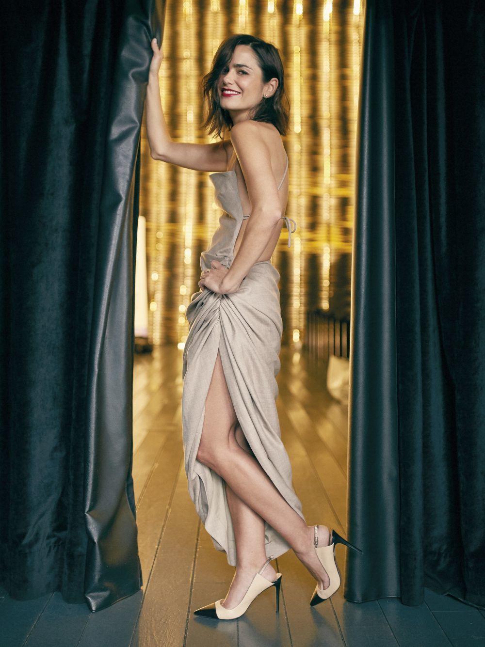 Elena con vestido asimétrico, JACQUEMUS  y salones bicolor, PURA...