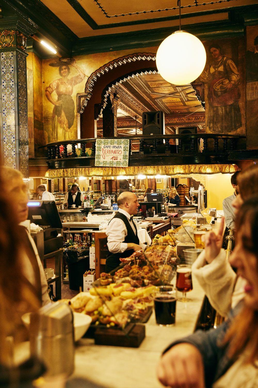 El interior de Café Iruña (Colon de Larreátegui 13).