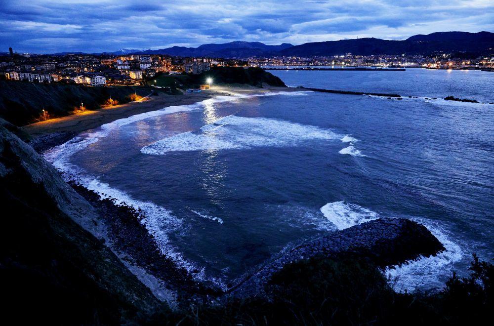 La playa de Arrigunaga, ubicada  bajo los acantilados de La Galea.