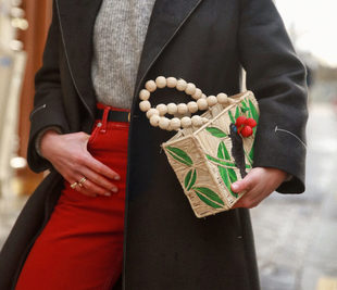 Los bolsos de materiales naturales son tendencia, y Paula Ordovás...