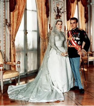 Para su enlace con Rainiero de Mónaco, la actriz escogió un vestido...