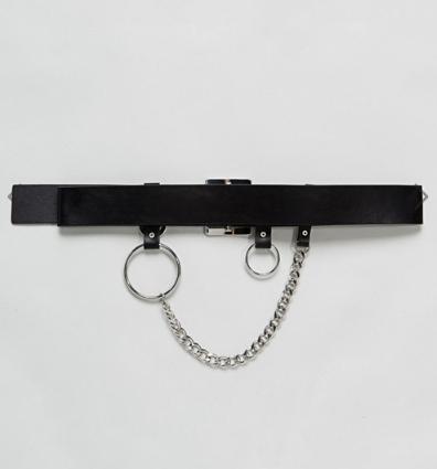 Cinturón con cadenas y anilla de Asos por 19,99 euros.