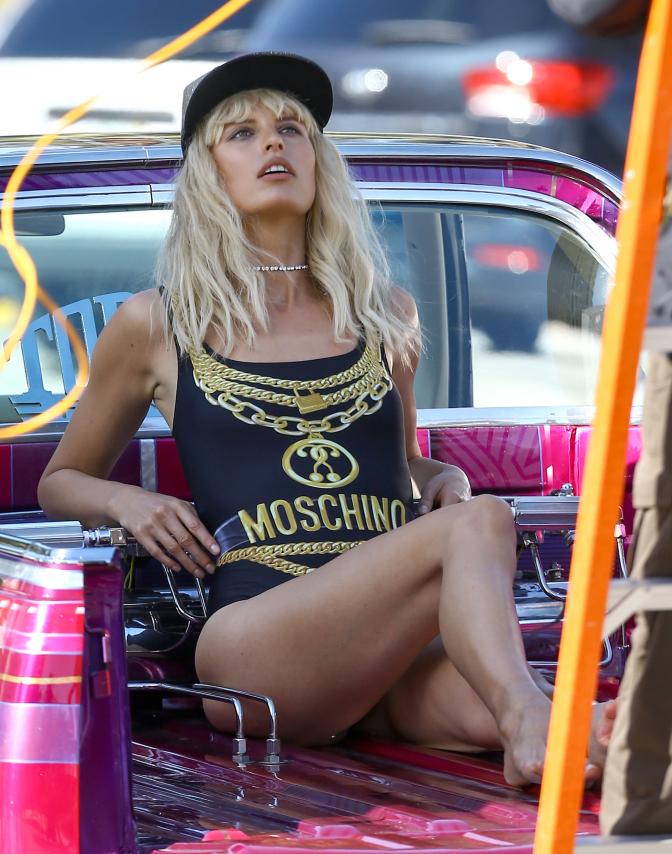 La modelo Karolina Kurkova con traje de baño de Moschino.