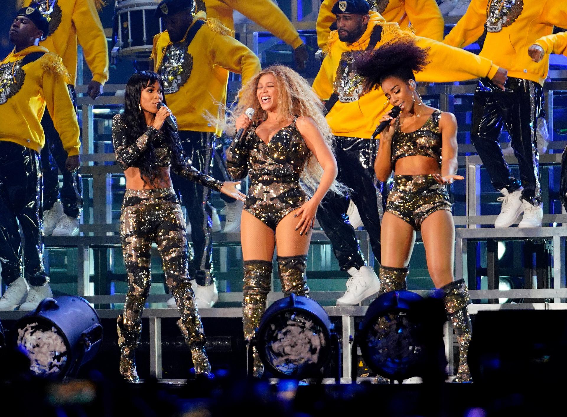 Beyonce junto a sus compañeras de Destiny's Child, Kelly Rowland y...