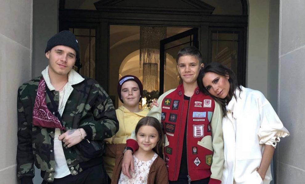 Victoria Bechkam con sus cuatro hijos.