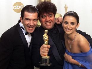 Antonio Banderas, Pedro Almodóvar y Penélope Cruz con el Oscar que...