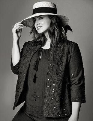 Blusa (49,99 ), chaqueta bordada (79,99 ), ambas, Couchel. Sombrero de...