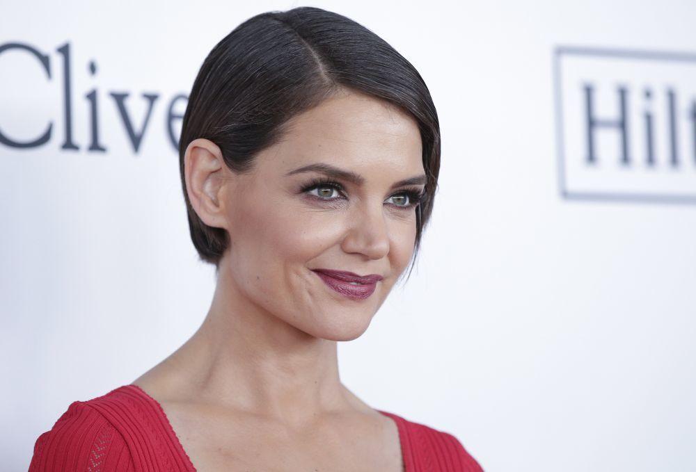 A la actriz Katie Holmes que tiene una cara ovalada le sientan bien...