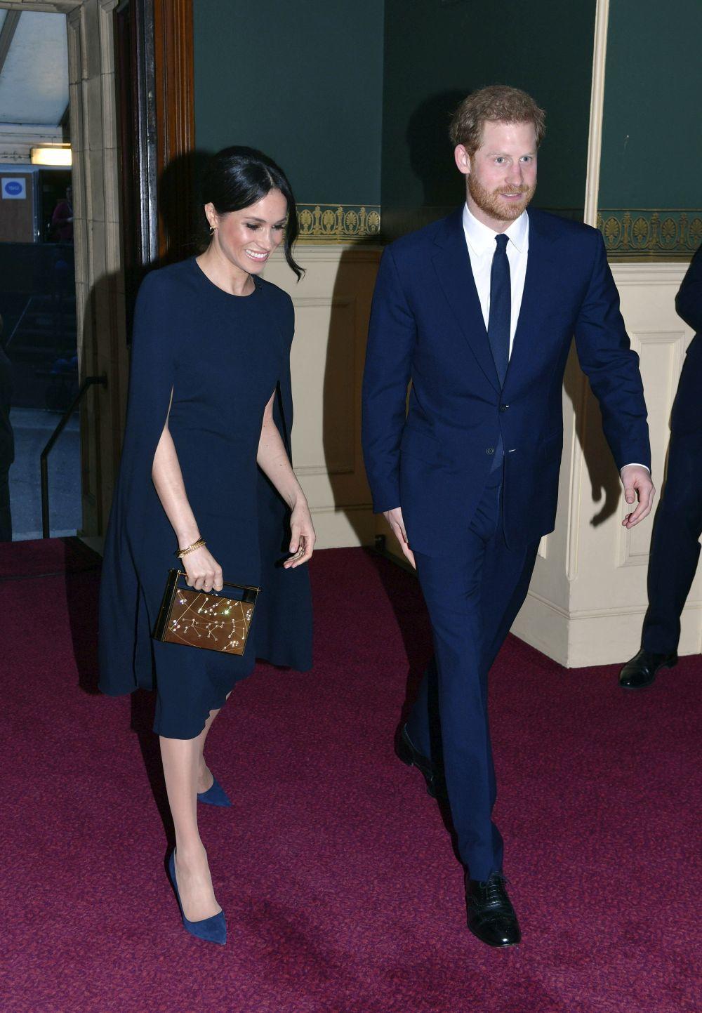 Meghan Markle y el príncipe Harry en su llegada al Royal Albert Hall...