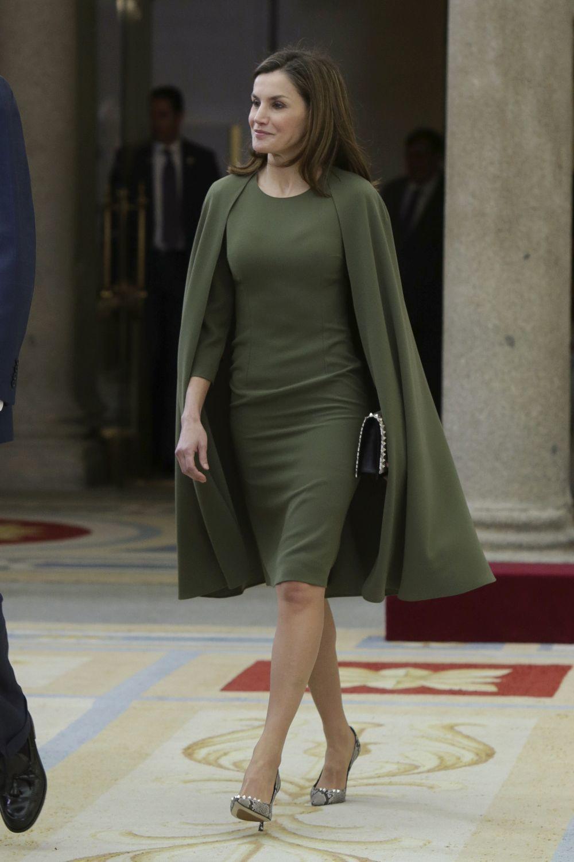 La Reina Letizia con un vestido-capa en verde militar.