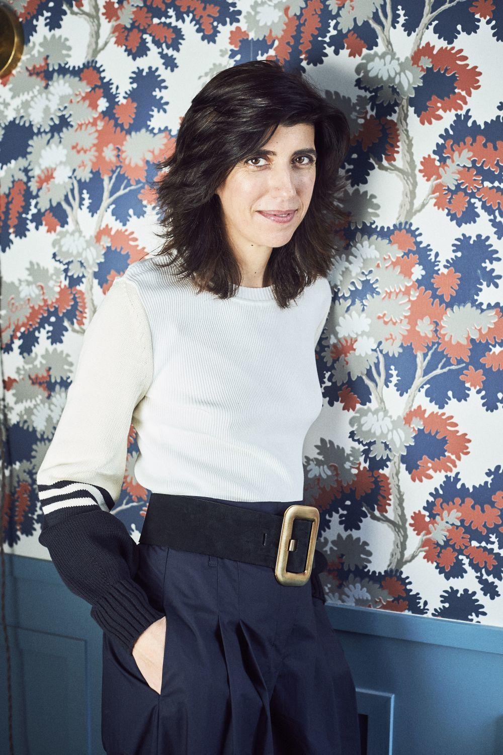 Sylvie con jersey, pantalón de BA&SH y cinturón de HERMÈS