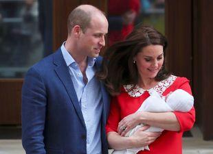Kate Middleton y Guillermo de Inglaterra junto a su tercer hijo.