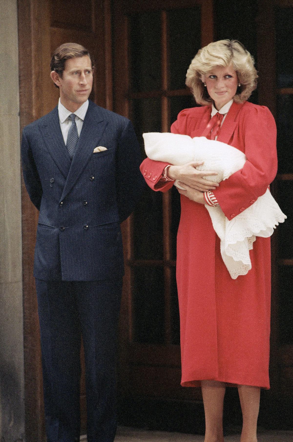 Diana de Gales abandonando el hospital junto a su hijo menor, el...