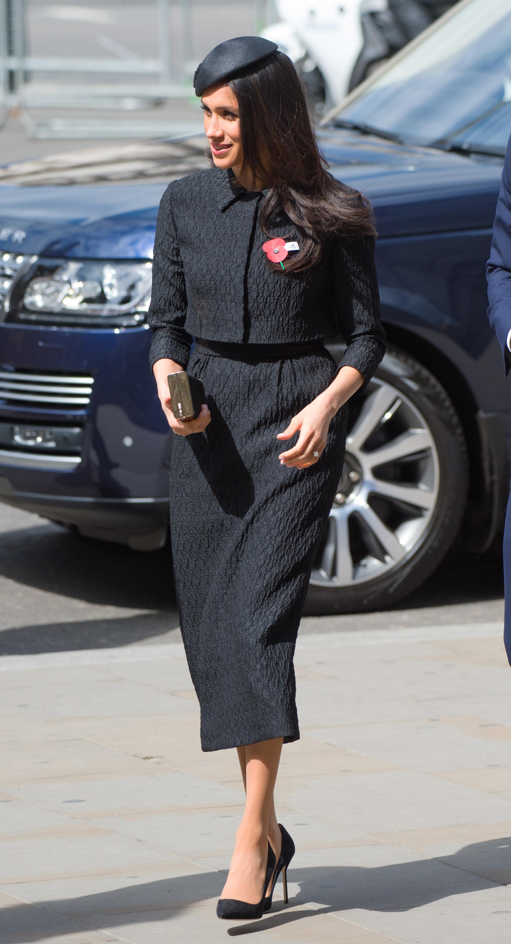 Meghan Markle con un traje negro de Emilia Wickstead.