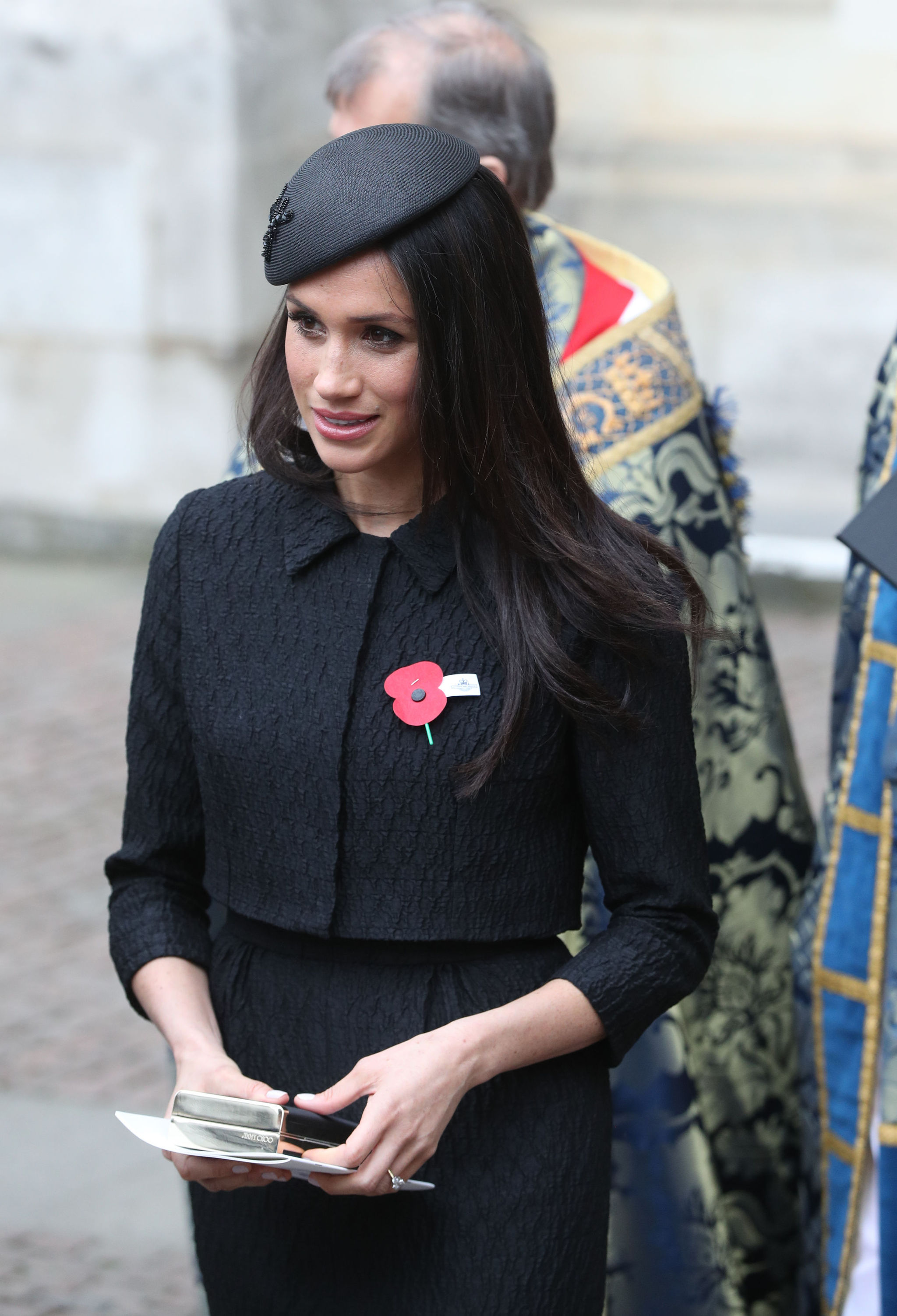 Meghan Markle con traje negro.