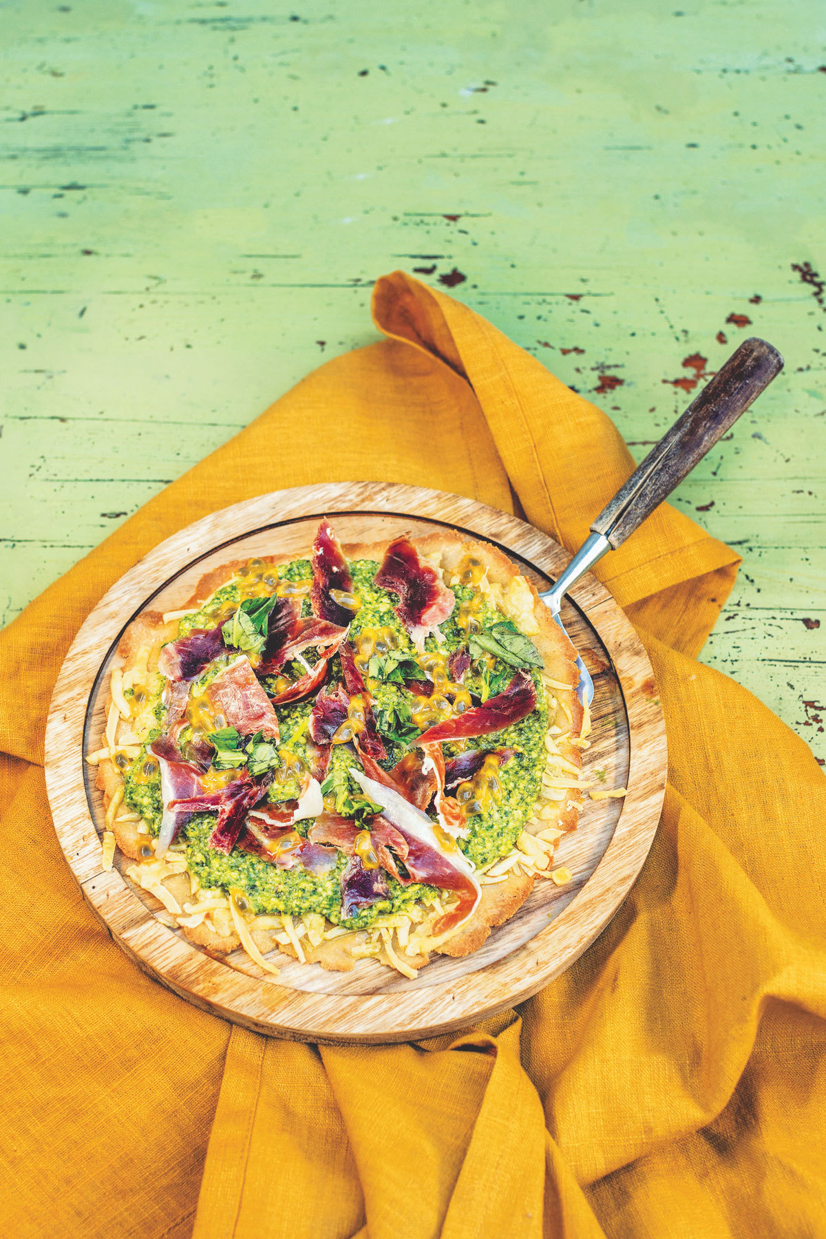 Pizza con pesto, maracuyá y jamón ibérico