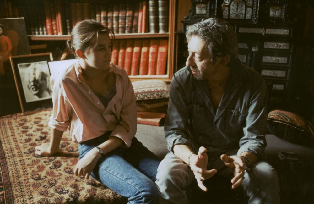 Charlotte Gainsbourg junto a su padre en el año 86