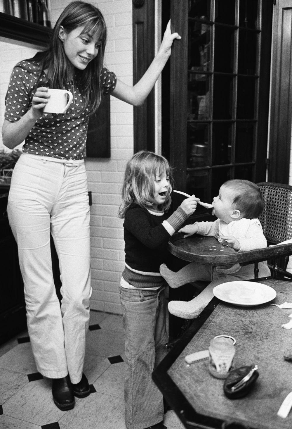 Charlotte, de bebé, junto a su madre, Jane Birkin, y su hermana Kate...