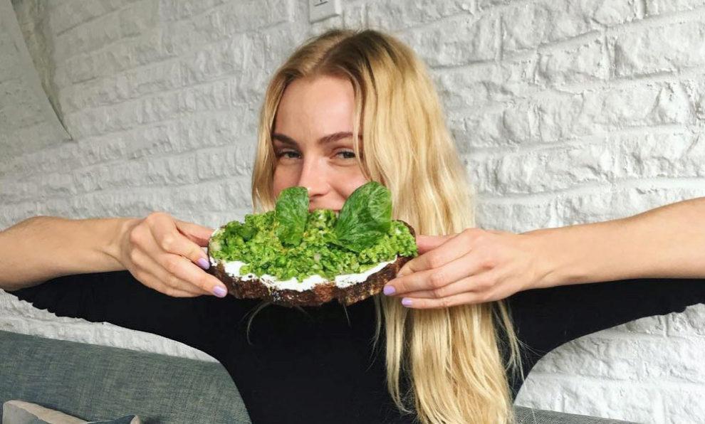 La modelo  Valentina Zelyaeva con una tostada.
