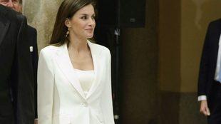 La reina Letizia de blanco impoluto durante un acto en el Palacio de...