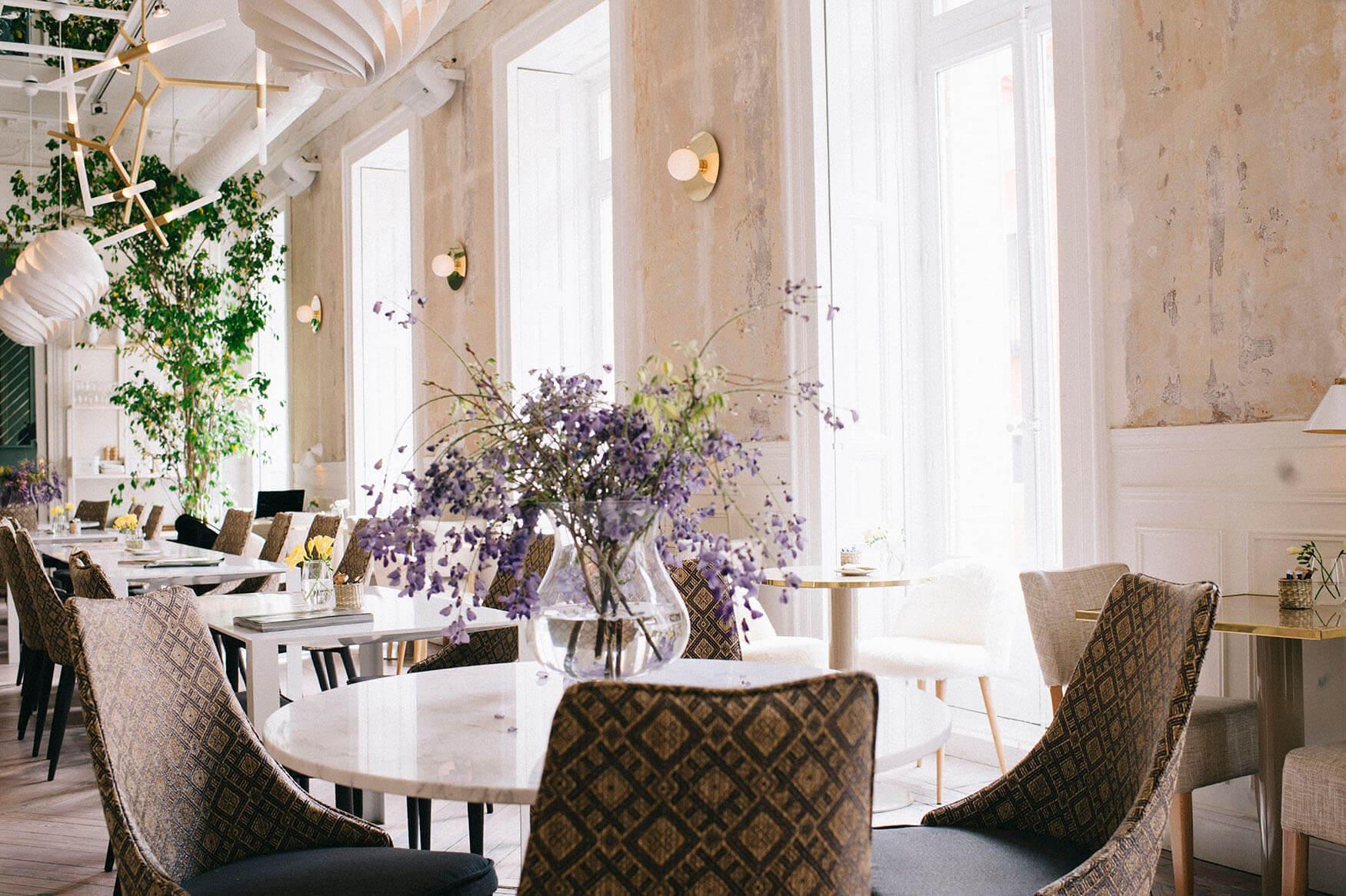 Mesas de marmol, butacas retro y un ambiente exquisito en El...