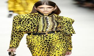 Kaia Gerber fue la encargada de abrir el desfile de Versace Primavera...