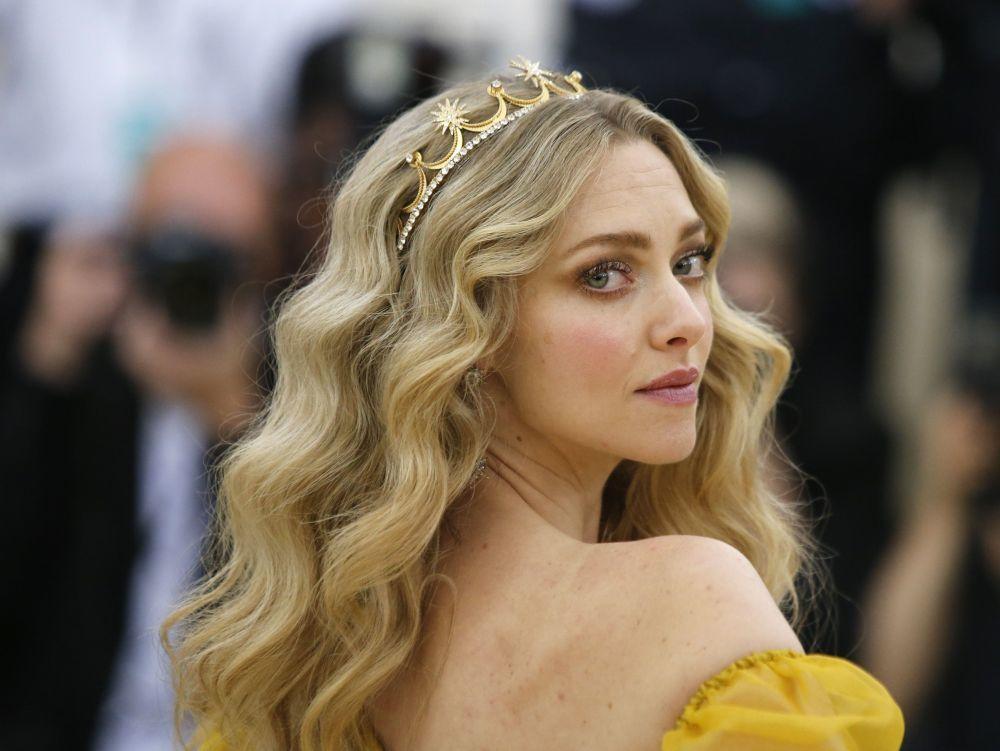 La actriz Amanda Seyfried luce una discreta diadema dorada con...