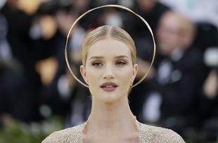 La modelo Rosie Huntington-Whiteley con una aureola como la que vemos...